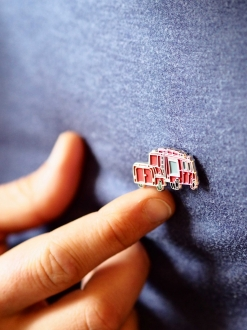 Pins camion rouge